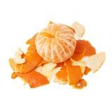 La mandarina en una pila de ella es cáscara aislada en blanco Imagenes de archivo