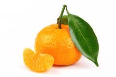 La mandarine fraîche avec la tranche et la feuille a isolé le fond blanc Images stock