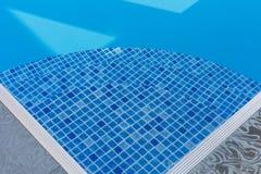 La manera abajo de la piscina azul Foto de archivo