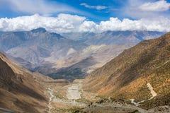 La manera abajo del paso del La de Thorong en Nepal Foto de archivo libre de regalías