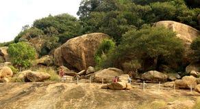La manera de camas de piedra jain del complejo sittanavasal del templo de la cueva Foto de archivo libre de regalías