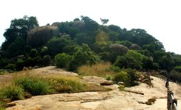 La manera de la colina con la cerca en el complejo sittanavasal del templo de la cueva Foto de archivo libre de regalías