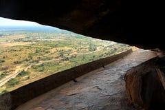 La manera de la cueva de camas de piedra jain del complejo sittanavasal del templo de la cueva Foto de archivo libre de regalías