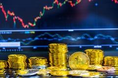 La manera moderna de intercambio y de bitcoin es pago conveniente en glob Fotografía de archivo libre de regalías