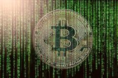 La manera moderna de intercambio y de bitcoin es pago conveniente en glob Fotografía de archivo