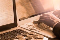 La manera moderna de intercambio y de bitcoin es pago conveniente en glob Imagenes de archivo