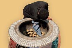 La manera tradicional de cocinar samsa Foto de archivo libre de regalías