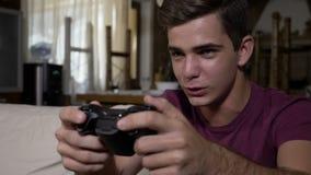 La manette de contrôle de jeu de joueur boutonne le sentiment hanté avec le jeu visuel essayant de gagner le jeu de niveau avancé banque de vidéos