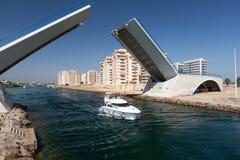 La Manga - ESPAÑA, el 25 de agosto de 2014: Puente levadizo sobre el canal de agua y el barco de placer Imágenes de archivo libres de regalías
