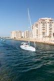 La Manga - SPANIEN, AUGUSTI 25 2014: Vattenkanal och yacht Arkivbild