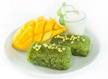 La mangue avec du riz collant a servi avec du lait de noix de coco photos libres de droits