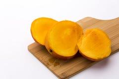 La mangue a coupé en trois tranches égales Photographie stock libre de droits