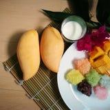 la mangue douce avec du riz collant coloré et le lait de noix de coco bourdonnent Image libre de droits
