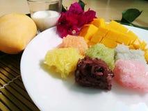 la mangue douce avec du riz collant coloré et le lait de noix de coco bourdonnent Images libres de droits