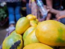 La mangue mûre jaune est placée sur le marché commun de pile Images stock