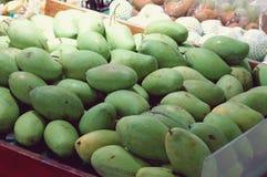 La mangue verte thaïlandaise tropicale est fruit populaire, dans le panier à protéger et à maintenir frais images libres de droits