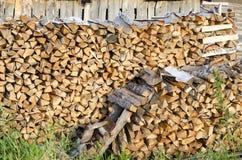 La manière de garder le bois ouvre une session le nord de la Russie photographie stock libre de droits