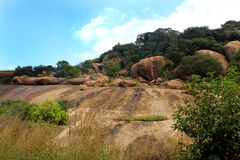 La manière des lits en pierre jain du complexe sittanavasal de temple de caverne photos libres de droits