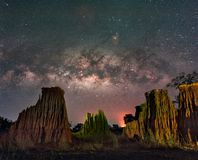 La manière laiteuse au-dessus du canyon aux formations de roche de Lalu se garent, Sakaeo, Photographie stock libre de droits