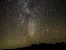 La manière laiteuse observer tient le premier rôle de Cygnus et de Lire constellation images libres de droits