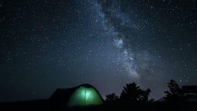 La manière laiteuse tournante au-dessus de la tente à la nuit passent banque de vidéos