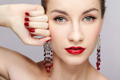 La manicura de la mujer hermosa Fotos de archivo libres de regalías
