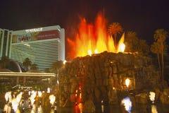 La manifestazione artificiale di Volcano Eruption dell'hotel di miraggio a Las Vegas immagini stock