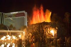 La manifestazione artificiale di Volcano Eruption dell'hotel di miraggio a Las Vegas fotografia stock