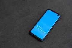 La manifestazione dello Smart Phone un aggiornamento sullo schermo con i pavimenti del velluto copia il testo Informazioni di dat fotografia stock