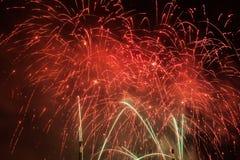 La manifestazione spettacolare dei fuochi d'artificio accende il cielo Celebrazione di nuovo anno Fotografia Stock