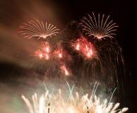 La manifestazione spettacolare dei fuochi d'artificio accende il cielo Celebrazione di nuovo anno Immagini Stock