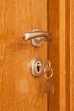La maniglia di porta con inserito digita il buco della serratura ed alloggia l'icona  Fotografie Stock