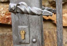 La maniglia di porta con le gocce di pioggia immagini stock libere da diritti