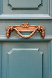 La maniglia di porta d'annata di lusso su un turchese ha dipinto la porta i Immagini Stock