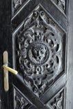 La maniglia ed il leone di porta dorati si dirigono sulla porta della chiesa in Susak, Croazia Fotografia Stock