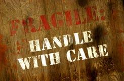 La maniglia fragile firma con attenzione Fotografia Stock Libera da Diritti