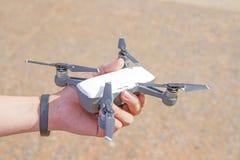 La maniglia tiene l'aereo su nel cielo con il fondo del suolo Fotografia Stock Libera da Diritti