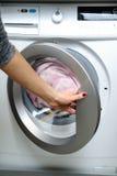 La mano abre la puerta de la lavadora imágenes de archivo libres de regalías