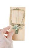 La mano afferra $20 dollari Bill in Mousetrap isolato Fotografia Stock Libera da Diritti