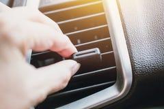 La mano ajusta flujo del aire de enfriamiento del respiradero de la manera de aire del coche imágenes de archivo libres de regalías