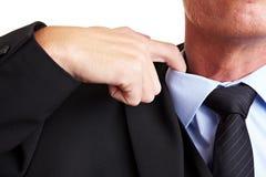 La mano allenta la camicia Immagine Stock