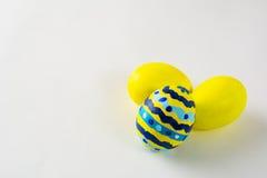 La mano amarilla adornó los huevos de Pascua foto de archivo libre de regalías