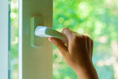 La mano apre una finestra Fotografia Stock
