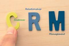 La mano arregla letras como CRM Fotografía de archivo