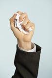 La mano arruga el papel - trabajo odiado Imagenes de archivo