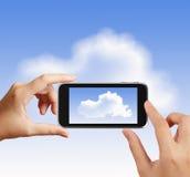 La mano astuta facendo uso del telefono di touch screen prende la foto Fotografia Stock Libera da Diritti