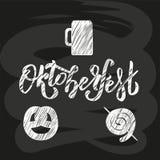 La mano bosquejó las letras de Oktoberfest en la pizarra negra con la imagen de la taza de cerveza, pretzel, sausagee Vector rasg ilustración del vector