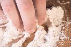La mano cattura la farina Immagine Stock Libera da Diritti