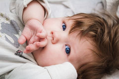 La mano cerrada de la boca del pequeño niño foto de archivo