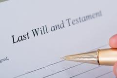La mano che firmano l'ultima volta ed il documento del testamento Fotografia Stock